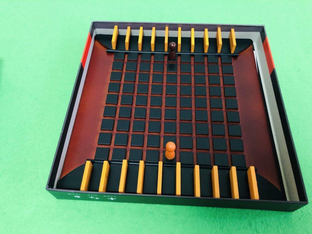 コリドールのセットアップ画像。碁盤の目状に区切られたボードが美しい