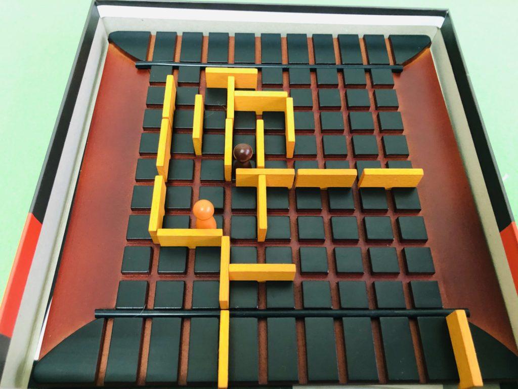 ボードゲーム『コリドール』のプレイ風景、シンプルな迷路のようなゲーム