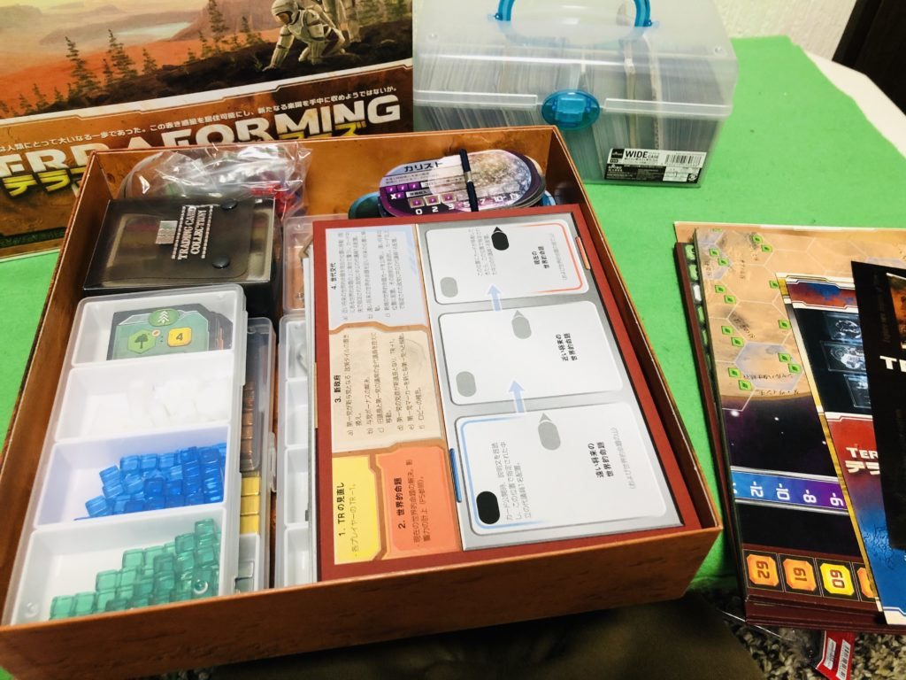 ボードゲーム『テラフォーミングマーズ』の箱を開けた状態の画像。内容物紹介