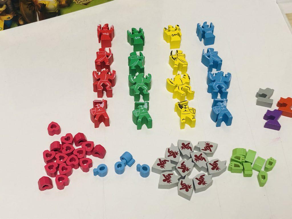 タイニーエピックタクティクスの駒を机に並べた様子