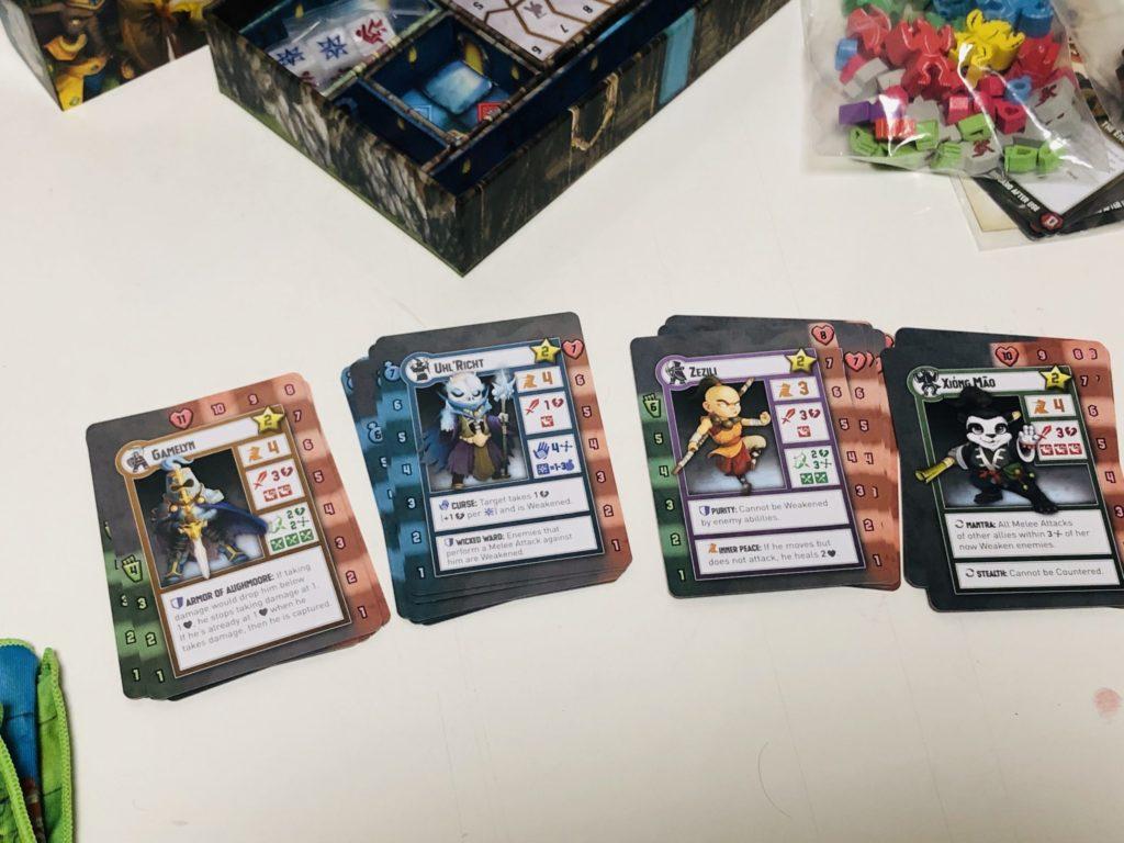 タイニーエピックタクティクスのユニとカードを並べた様子