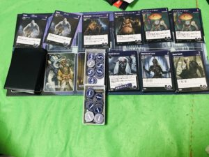ボードゲーム『タイランツオブジアンダーダーク』の市場ボード画像。ゲーム中を再現したカードが沢山のった画像