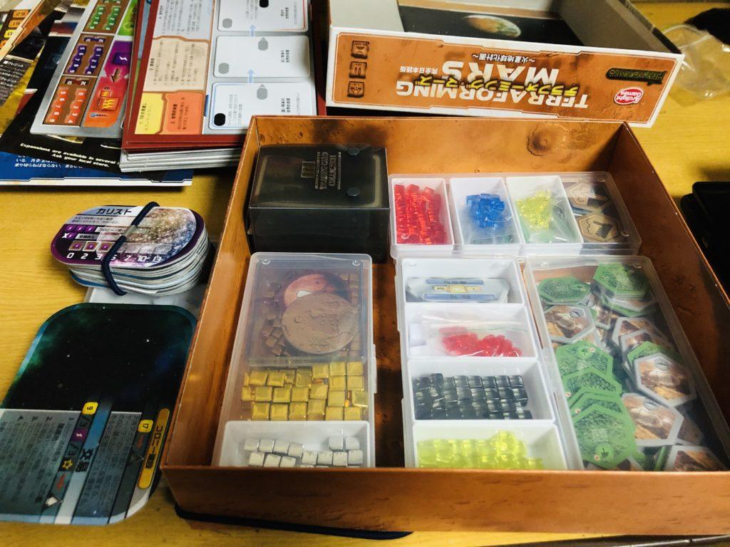 ボードゲーム『テラフォーミングマーズ』の箱の中の様子。細かい内容物が所狭しと詰め込まれている